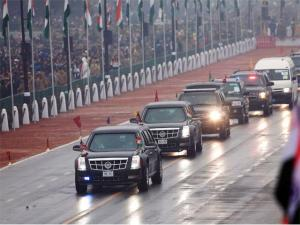 motorcade-of-cars-carrying-us-president-barack-obama